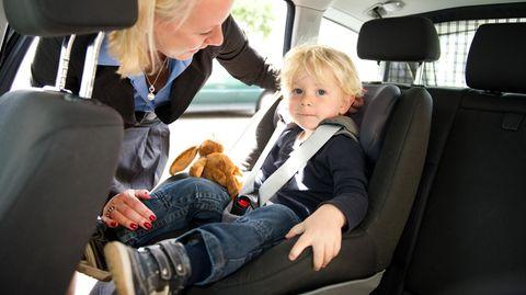 Stiftung Warentest und ADAC prüfen Autokindersitze: Ein Junge sitzt in einem Kindersitz im Auto