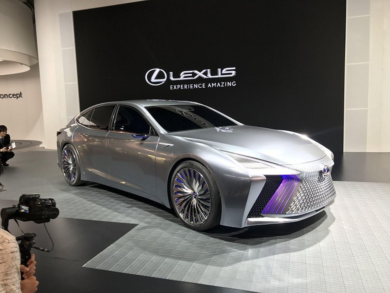 Lexus Messestand - bißchen viel Grill, aber sehr elegant