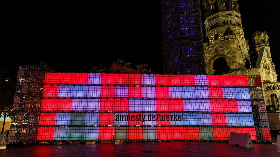 """Eine Lichtinstallation in Berlin weist mit dem Wort """"Free"""" auf die Situation von Peter Steudtner und anderen Inhaftierten hin."""