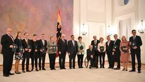 Entlassen und dennoch im Amt: Bundeskanzlerin Angela Merkel und ihre Minister im Schloss Bellevue