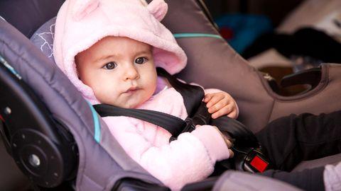 Ein Baby im Kindersitz