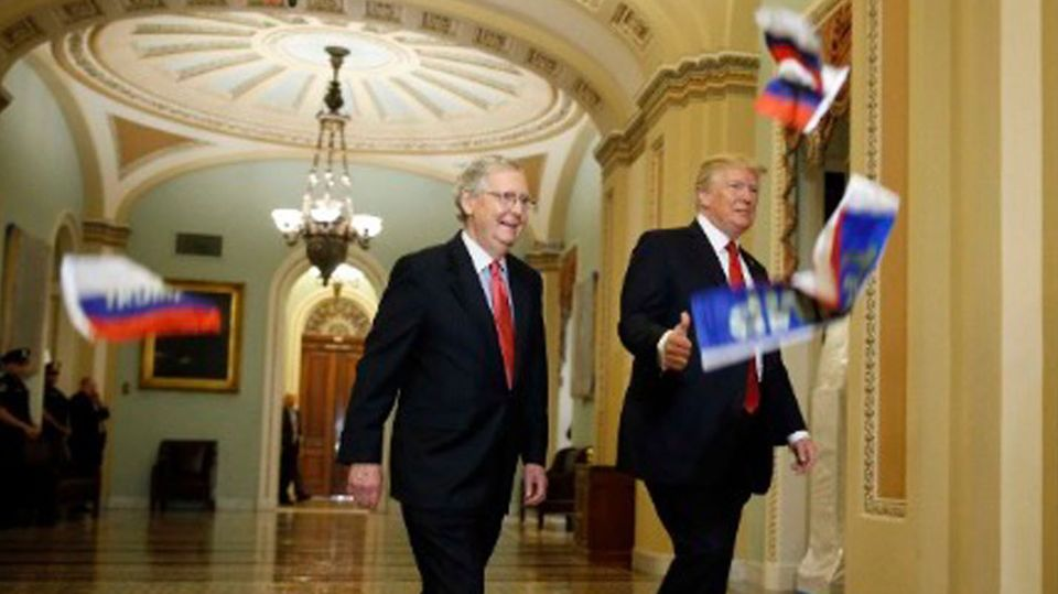 Klare Ansage: Radlerin zeigt Donald Trump den Stinkefinger