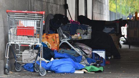 Obdachlose haben in Berlin unter einer Brücke im Tiergarten ein Lager errichtet