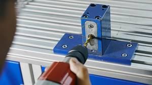 Ein Tester prüft den Bohrschutz eines Zylinders