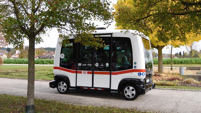 Der erste autonome Elektro-Bus der Deutschen Bahn fährt in Bad Birnbach (Bayern) auf einer Straße