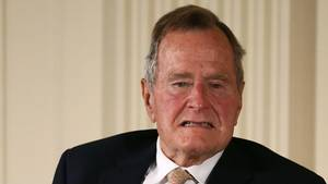 George Bush Senior: Der Mann, der vor Bill Clinton Präsident der Vereinigten Staaten war, sitzt seit einigen Jahren im Rollstuhl. Zwei Frauen berichten, von ihm betatscht worden zu sein.