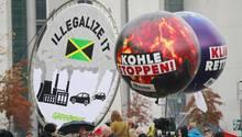 Demonstranten von Greenpeace und dem BUND protestierten Ende vergangener Woche in Berlin vor der Parlamentarischen Gesellschaft, in der die Sondierungsgespräche zwischen CDU/CSU, der FDP und den Grünen stattfinden.