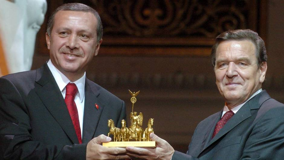Altkanzler Gerhard Schröder soll Freilassung Steudtners bei Erdogan erwirkt haben