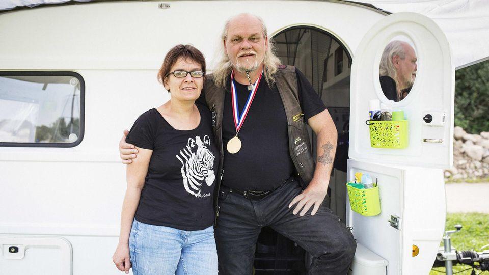 Susi und ihr Goldstück Thorsten sind stolz auf ihren eigenhändig restaurierten Wohnwagen. Und ein bisschen auch darauf, dass sie sich vom Leben nicht unterkriegen lassen