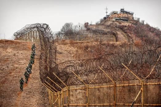Die unüberwindbare Grenze zwischen Nord- und Südkorea: Soldaten patrouillieren am hohen Grenzzaun.