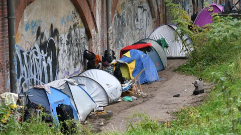 Im Tiergarten in Berlin stehen zahlreiche Zelte von Obdachlosen