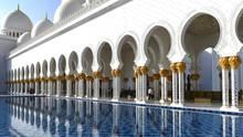 Scheich-Zayid-Moschee  Sie gehört zu den größten Moscheen der Welt und ist nach Emir Zayid bin Sultan Al Nahyan, einem Mitgründer und erstem Präsidenten der Vereinigten Arabischen Emirate benannt. Unübersehbar mit seinen Kuppeln und den vier 107 Meter hohen Minaretten liegt der weiße und mit viel Marmor ausgestattete Prachtbau östlich des Zentrums. Mit Ausnahme von Freitagmorgen kann der Sakralbau täglich besichtigt werden.  Infos: www.szgmc.gov.ae
