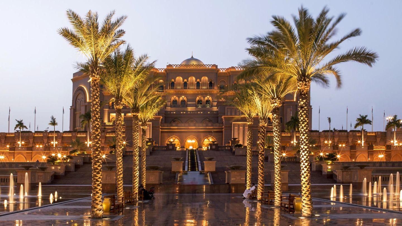 Emirates Palace  Harter Kontrast zu den neusten Trends der Designer-Welt: Wer in Abu Dhabi den Emirates Palace betritt, das mit einem Kilometer längste Hotel der Welt, begibt sich in einen Märchenpalast.  Infos: www.kempinski.com
