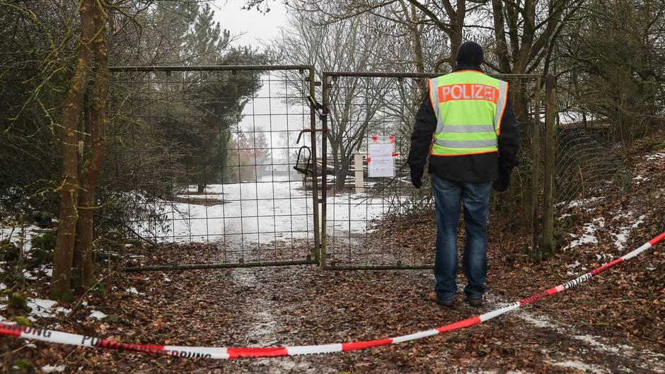 Ein Polizist bewacht Ende Januar 2017 die Zufahrt zum Grundstück auf dem sechs Jugendliche durch Kohlenmonoxid in einer Gartenlaube starben