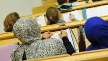 Eine Studentin sagt, sie sei von einer Professorin aufgefordert worden, ihr Kopftuch abzulegen