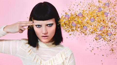 Eine junge Frau hält sich zwei Finger an den Kopf, aus dem Glitzer und kleine Instagram-Logos schießen