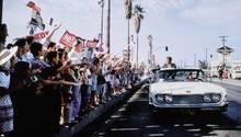 John F. Kennedy und seine Schwester Patricia Kennedy Lawford im Jahr 1960 auf dem Lauren Canyon Boulevard in Hollywood  Dieses und weitere Motive finden Sie hier.