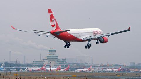Landung eines Airbus von Air Berlin in Berlin-Tegel.