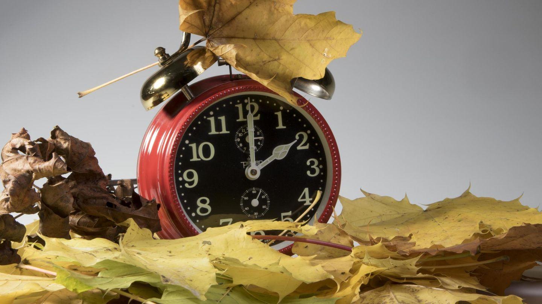 Eine Uhr wird auf Winterzeit umgestellt(Symbolbild)