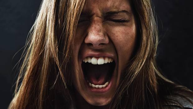 Eine Frau schreit vor Wut