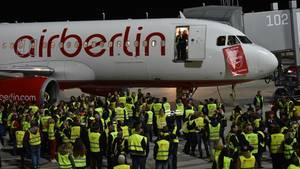 Dutzende Mitarbeiter des Bodenpersonals versammelten sich in München, um den letzten Abflug einer Air-Berlin-Maschine zu sehen