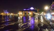 Die Hamburger sind gespannt, ob bei dem Sturm an diesem Wochenende wieder der Fischmarkt überflutet, so wie auf diesem Archivbild vom September dieses Jahres.
