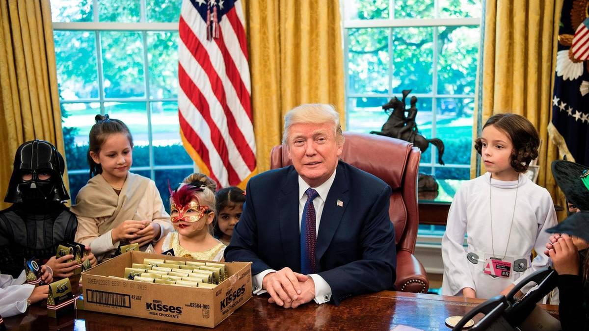 """Gruseln im Weißen Haus: """"Schöne Kinder"""" von bösen Journalisten – Trump nutzt Besuch von Halloween-Kids für Medien-Attacke"""