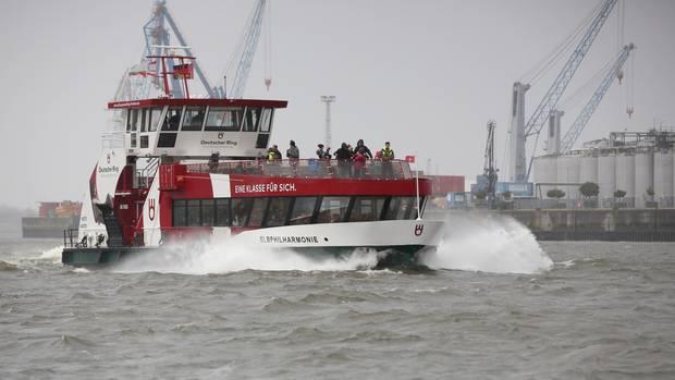 Eine Hafenfähre in Hamburg. Die für Sonntag erwartete Sturmflut hat die Hansestadt inzwischen erreicht.