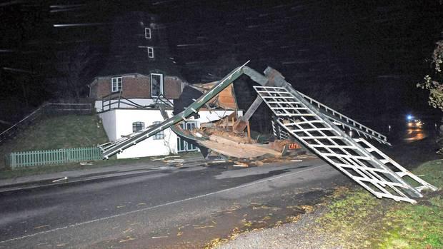 """Der komplette Mühlenkopf der 1786 gebauten historischen Windmühle Catharina in Oldenswort in Schleswig-Holstein wurde in der Nacht durch Sturm """"Herwart"""" zerstört"""