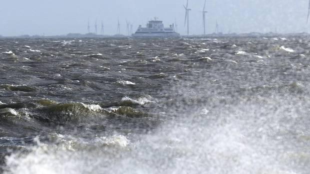 Eine Fähre kämpft sich bei Wyk auf Föhr durch den Sturm Herwart
