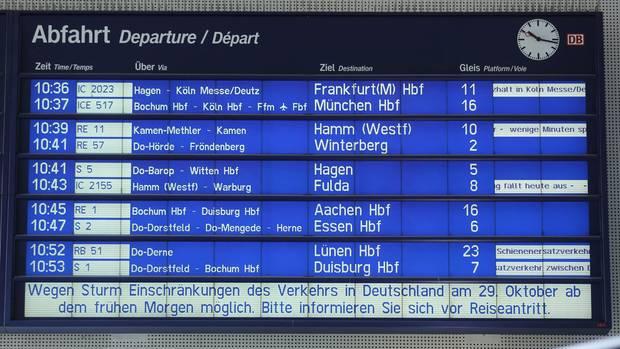 Eine Anzeigetafel weist am Bahnhof in Dortmund Nordrhein-Westfalen auf Zugverspätungen hin. Der Zugverkehr in Richtung Norden wurde wegen des Herbststurms Herwart eingestellt.
