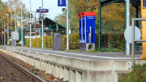 Menschenleer: der Bahnhof im niedersächsischen Sandkrug.