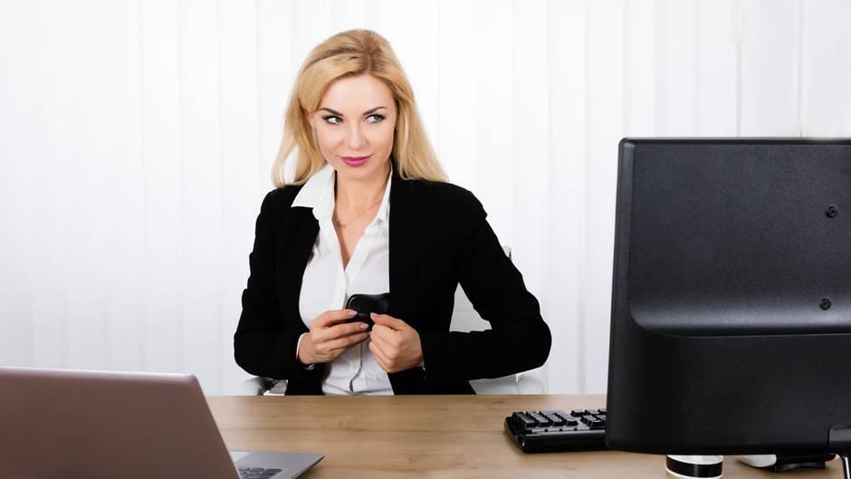 Im Büro ist die Versuchung groß und die Gefahr, entdeckt zu werden, klein.