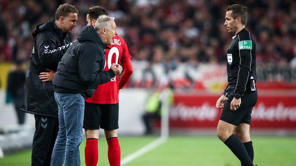 Keiner schimpft so leidenschaftlich wie er: SC-Freiburg-Trainer Christian Streich im Disput mit Schiedsrichter Tobias Stieler