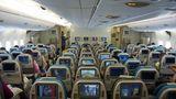 Blick in die Economy Class im Hauptdeck von Singapore Airlines im Jahre 2007: Wie im Jumbojet sind die Sitzreihen in 3-4-3er Anordnung, aber durch die 51 Zentimeter breitere Kabine haben die Passagiere wesentlich mehr Ellenbogenfreiheit.