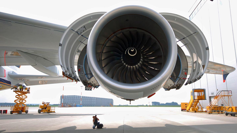 Der Durchmesser eines der vier Triebwerke beträgt 2,95 Meter. Die Fluggesellschaften haben die Wahl zwischen zwei Typen, dem Trent 970 von Rolls-Royce (Foto) und dem GP7200 von Engine Alliance, einem Joint Venture von General Electric und Pratt & Whitney. Der Startschub der vier Turbinen entspricht der PS-Leistung von 2500 Mittelklasse-Limousinen.