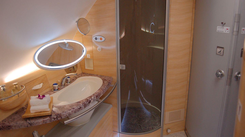 Ein geschickter Marketing-Gag: Emirates ist die einzige Fluggesellschaft, die in ihrer First Class zwei voll ausgestattete Waschräume inklusive Duschmöglichkeiten eingeführt hat.