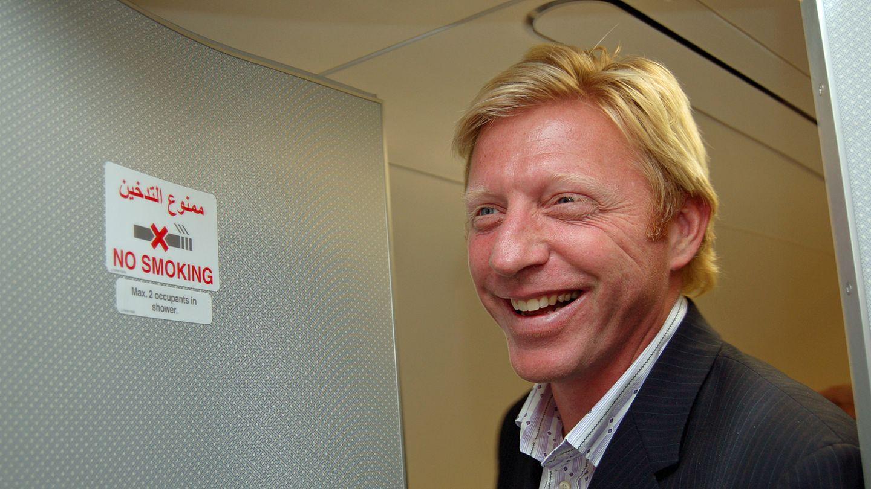 Zur Übergabe-Zeremonie in Hamburg-Finkenwerder kam 2007 auch Prominenz. Boris Becker inspizierte die Duschen für Passagiere der First Class - für maximal zwei Personen geeignet, worauf das Schild an der Tür hinweist.