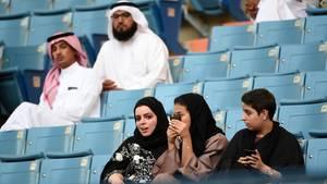Frauen im Stadion in Saudi-Arabien