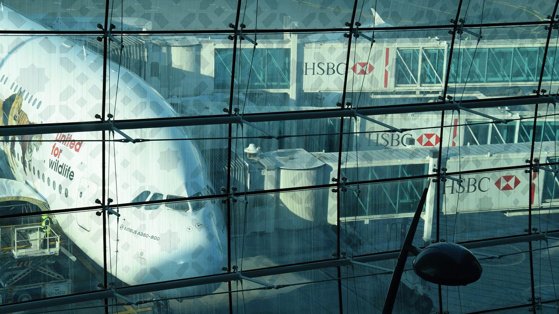 Umsteigen in Dubai durch drei Passagierbrücken auf zwei Ebenen. Das A380-Streckennetz von Emirates umfasst inzwischen 45 Städte in Afrika, Asien, Australien, Europa und Amerika. Weltweit wurden inzwischen von der arabischen Airline allein mehr als 80 Millionen Passagiere befördert.