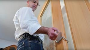 Geht tatsächlich so einfach - eine leichte Tür lässt sich sogar von einer Person aushängen.