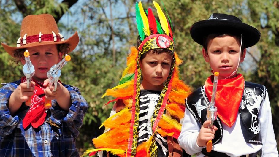 Als Cowboy und Indianer verkleidete Kinder