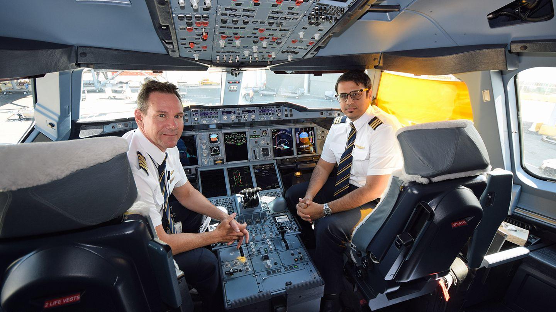 Arbeitsplatz Cockpit: Der Airbus A380 gilt als zuverlässig und sicher, auch bei den beiden bisher aufgetretenen Triebwerksproblemen. Viele neue Technologien kamen bei der A380 zum Einsatz wie ein Hydrauliksystem mit höherem Druck und Bauteile aus glasfaserverstärktem Aluminium beim Rumpf.