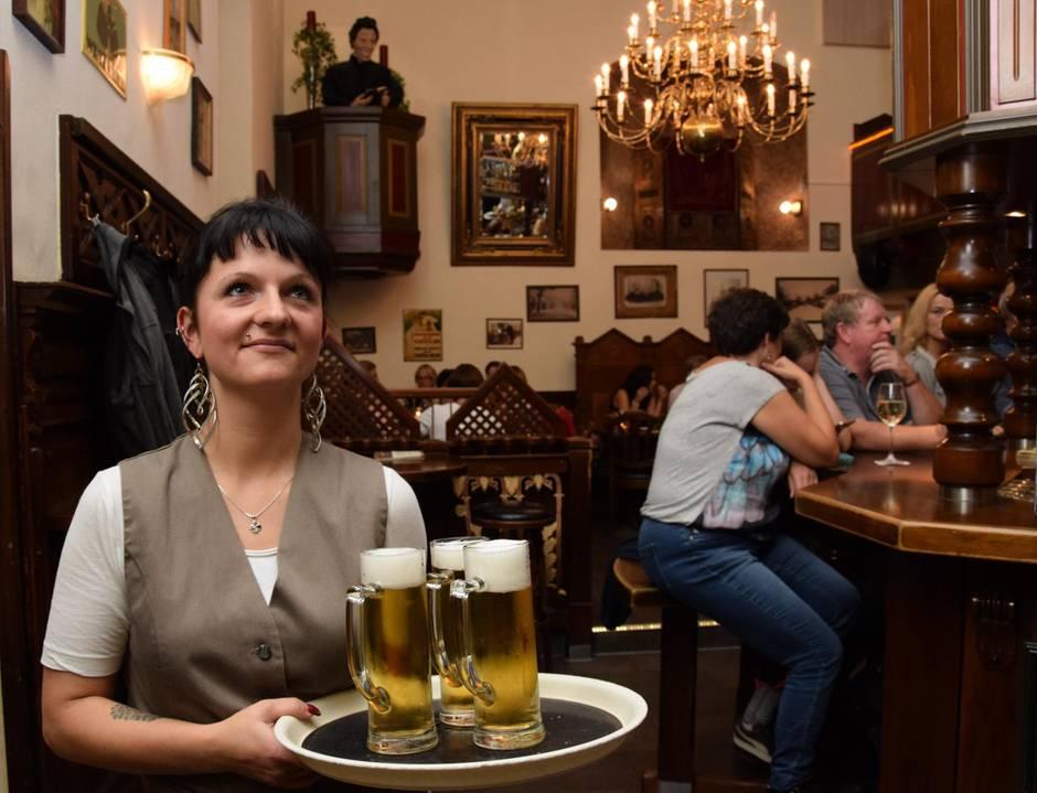 """Party-Hochburg Willingen: Die Kellnerin serviert Getränke im """"Don Camillo"""". Das Restaurant ist eine umgebaute Kirche - mit einer Kanzel an der Wand."""