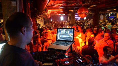 Ein DJ legt im Brauhaus in Willingen in Hessen auf.