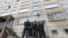 Polizisten im Plattenbauviertel Neu Zippendorf in Schwerin: Bei dem Einsatz der Anti-Terror-Einsatz wurde ein mutmaßlicher Islamist aus Syrien festgenommen.