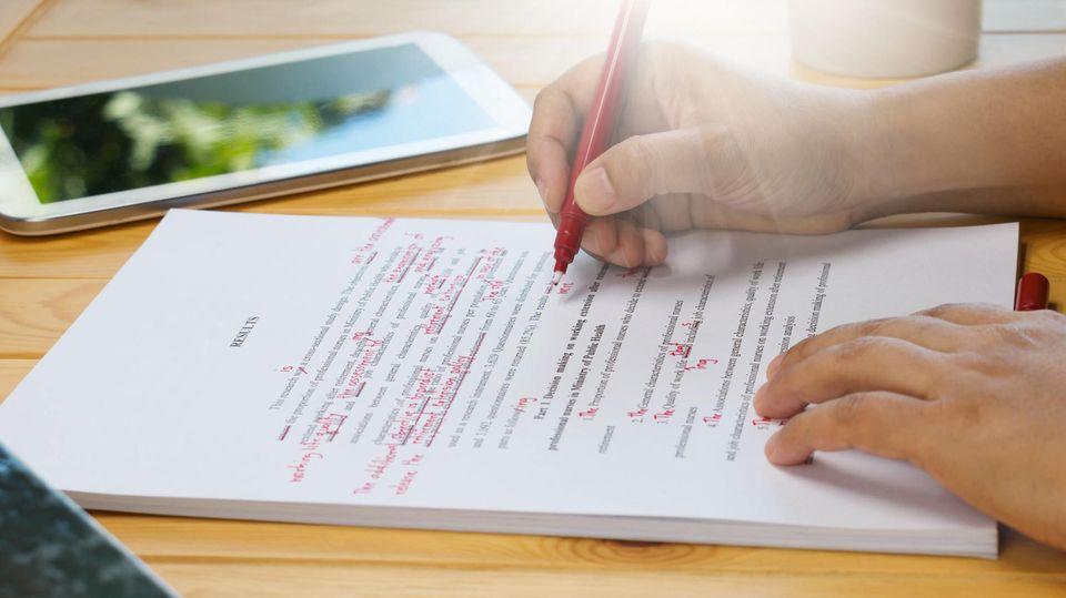 Papier mit rot markierten Rechtschreibfehlern