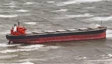 """Der Sturm """"Herwart"""" hat den225 Meter langen Schüttgutfrachter""""Glory Amsterdam""""auf eine Sandbank vor den Ostfriesischen Inseln getrieben."""