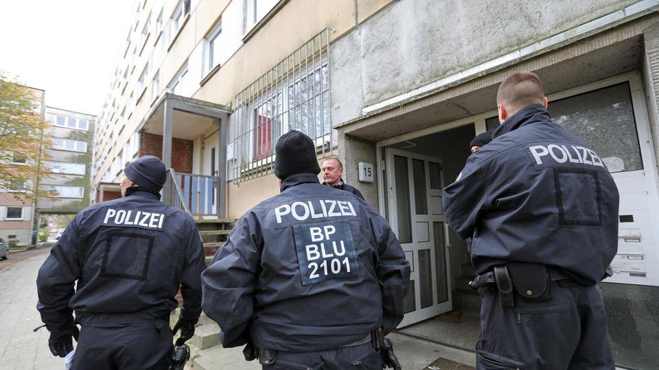 Polizisten vor dem Gebäude, in dem in Schwerin ein Syrer einen Terror-Anschlag vorbereitet haben soll
