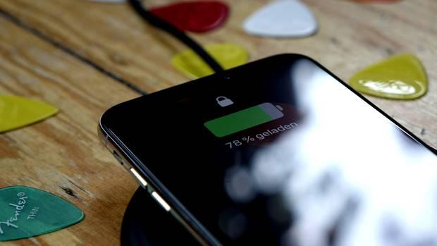 Wireless Charging funktioniert mit allen Qi-Ladegeräten. Günstige Modelle gibt es bereits für wenige Euro.